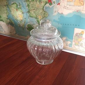 Lille fin glaskrukke - aldrig brugt! Perfekt til smykker, bolcher eller hvad man lyster! BYD