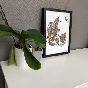 Danmarks kort med farvede huse fra CeKi Designs.  A3 størrelse i ramme.   CeKi designs er et tidligere plakat firma, designet og printet af migselv og en veninde men nu sælger vi de sidste billeder inden vi drager til nye projekter ☺️ det er altså dansk design, lavet med kærlighed af to studerende ❤️  Dette er en del af et restparti, der er derfor mulighed for at købe flere og få en billigere pris.   Billederne kan afhentes i Slagelse eller København.