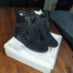 Fede sneakers med indbygget kilehæl og snørrebånd. Sorte i str 38. Aldrig brugt.