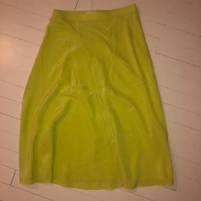 Nederdelen er aldrig brugt! Str er 36! Passes også af en 38 Farven er neon grøn/gul  Sælges da jeg godt kunne have brugt en str mindre  Np: 790   100% silke  Byd (Sælges billigt)