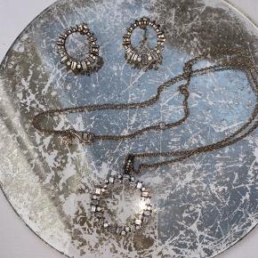 Fint smykkesæt i sølv fra Pandoras vinterkollektion 2018✨  Originalæsken følger med. Aldrig brugt!  Ved køb vil de blive renset i en professionel smykkerens-maskine✨
