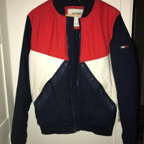 Tommy Hilfiger bomber jakke. Fejlkøb, brugt 2 gange og står som ny.  Størrelse S.   BYD
