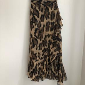 Smuk skræddersyet leopard nederdel. Svarer til en str xs