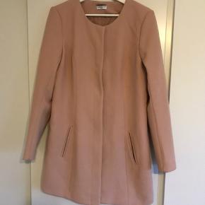 Rosa/fersken/lakse farvet jakke. Egentlig ikke brugt specielt meget, men kan se der er lidt løse tråde 🤔