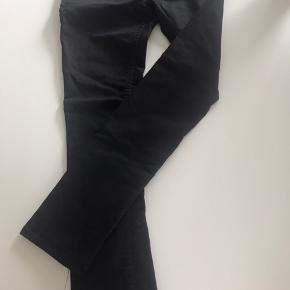 Sorte herre jeans. Har en mindre skramme på knæet men ikke nået der kan ses Byd  Køber betaler fragt