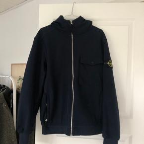 Stone Island jakke str. L Brugt men i god stand. Mindste prisen er 1000 kr + fragt.   Den har et lille hul ved det ene ærme. Men det kan syes