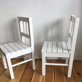 To stk. fine hvide børnestole i robust træ sælges. Er nymalede og i perfekt stand.  Mål: H. 57 cm. B. 27 cm.  Siddehøjde 29,5 cm.  Pris: 250,-kr. for begge to. Sælges kun samlet.  Er til afhentning.  Se også mine mange andre ting og sager😊- klik på mit profilbillede/ navn, for at se alle mine ting.