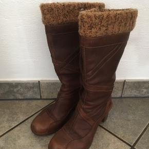 Støvler med foer str 39, kun brugt få gange  Afhentes 6818 eller medbringes til 6700
