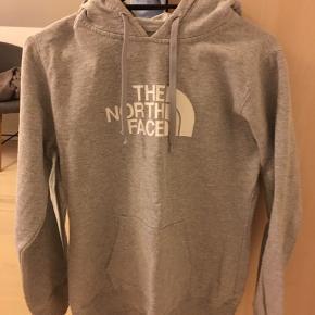 Nice hoodie fra the north face. Den er brugt, men det kan ikke ses, har ingen skader eller pletter