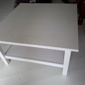 Fint hvidt træ sofabord med få brugsspor.  Med hylde under til opbevaring. Måler 90x 90x46 cm.