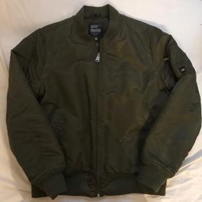 Model: Vintage Industries Bomberjakke Størrelse: XL Pasform: Lidt lille Kondition: Brugt meget få gange Retail pris: ?