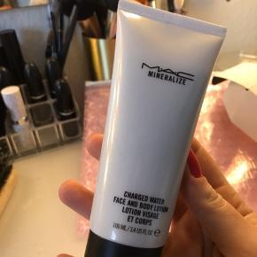 Charged water face and body lotion fra MAC.   PRODUKTET ER ALDRIG BRUGT💜