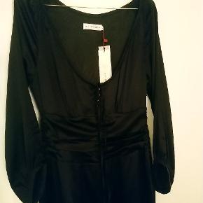 Silke (92% silke, 8% spandex) kjole med lidt stræk. Fór: 100% acetat satin) Har samme til salg i flaskegrøn * Ingen byt *