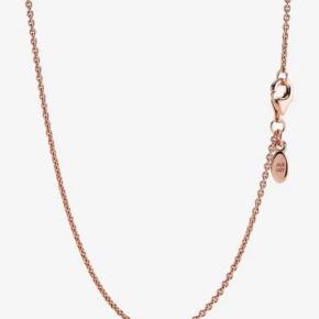 Pandora halskæde 90 cm lang, i 14 karat forgyldt rose gold, kernen et mix af sterling sølv og kobber.  Flot sammen med størw pendant, som pandora O pendant.  Byd gerne