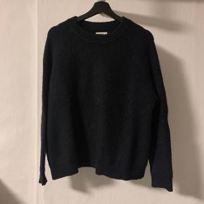 Den populære BOBO knit i mørkeblå. Fin stand, trænger blot til en hurtig omgang med en fnug shaver. Køber betaler selv fragten :-)   Jeg forbeholder mig retten til at beholde varen hvis rette bud ikke kommer.