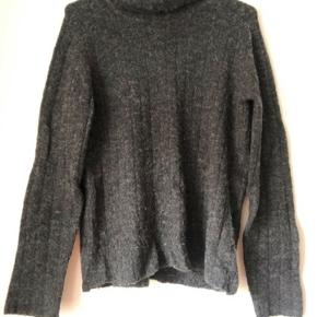 Str.: small Vasket få gange. Dejlig varm, løs rullekrave sweater.