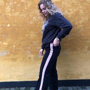 De flotteste bukser med en lyserød stribe i siden fra neo noir, kan også passes af en L🖤 OBS Jakken sælges også kig længere nede på min side!