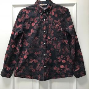 Cool buttondown skjorte i fine, brændte farver. Kun brugt få gange. 100 % bomuld. Måler 51 cm over brystet og 64 cm i længden.   Sælges meget billigt, så prisen er endelig.