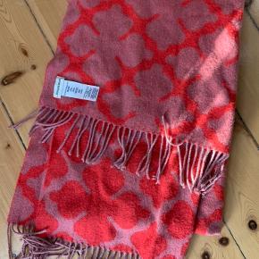 Fint og lunt tørklæde fra Malene Birger i det velkendte mønster.