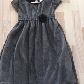 Flot kjole kun brugt 1 gang 128 nu for lille