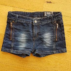 Denim jeans med fede detaljer. Kan spændes ind. Fremstår nye