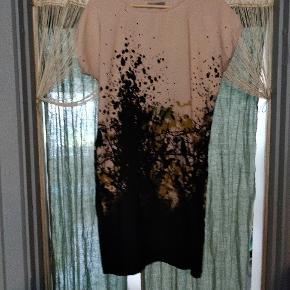 Smuk, let kjole med fantastisk mønster.