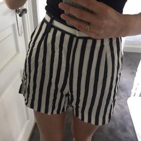Shorts med striber i sort/hvid/creme.