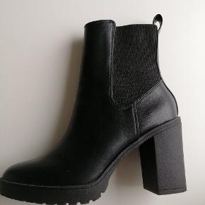 Fede sorte støvler fra hogm. De er kun brugt en enkelt gang, da de viste sig at være for små. Standen er perfekt og de er nemme at få i.