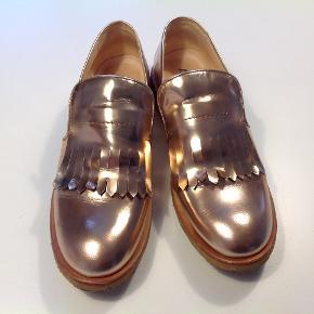 Smukke smukke Rosaguld Angulus sko. Med frynsedetalje og rågummisål. Brugt få gange. Næsten som ny