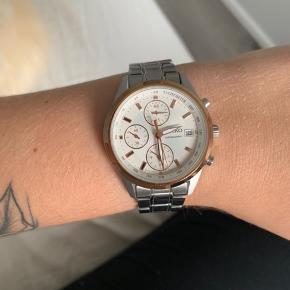 Har dette ur fra Seiko. Sølv med rosaguld detaljer. Sælges da jeg har fået nyt 🌸  Kom med et bud