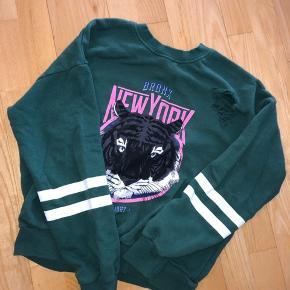 Fed sweater med huller og et fedt print  Afhentes 8000 Aarhus C  Eller sendes med Dao for 38kr