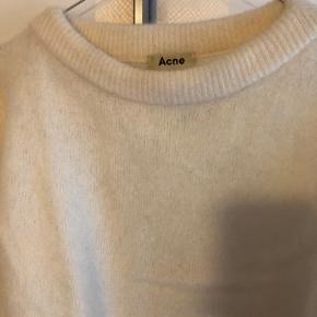 Acne studios dramatic mohair i hvid.  Brugt en håndfuld gange, så er stadig i rigtig god stand.  Aldrig vasket, kun luftet og dampet