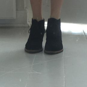 Sorte ruskinds støvler med snørre fra Angulus. (Kilehæl/ca. 8cm hæl tror jeg) De er lidt støvede, og med en lidt slidt undersål, men de kan sagtens renses og være så gode som ny.