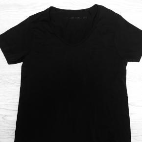 Lækker sort t-shirts oversize str. xs - kan også bruges af str. S og M. Alexander Wang by H&M. Kun brugt få gange. Jeg sender gerne ved betaling med MobilePay, samt Porto GLS 35kr☀️