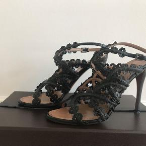 Den ultimative stilet fra Alaia. Smukkeste sko. Som et smykke på foden. Brugt en gang, som ny. Sælger grundet jeg ikke kan gå i høje så sko mere. Brugt få gange, som nye. Nypris 8000.- Kan ses i Rungsted.