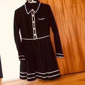 Ny sød jakke, som ligner en kjole. Aldrig brugt, men har klippet mærket ud. Den er lavet af bomuld. Mrk. Rules by Mary