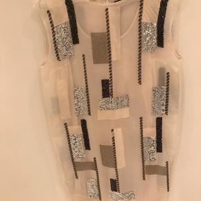 Super flot kjole fra By Malene Birger, er aldrig brugt, men der er dog faldet nogle enkelte palietter af ét sted. Kostede fra ny omkring 3000 kr.