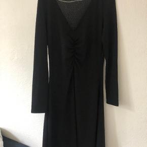 Sort kjole med en lille smule glimmer i fra Modström. Aldrig brugt 😊