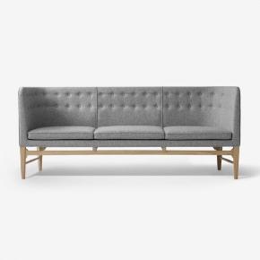 &Tradition Mayor AJ5, designet af Arne Jacobsen og Flemming Lassen.  3 pers. sofa i lys grå uld med røget egetræsben.  Fejlkøb. Fremstår som ny.   H82 x D62 x L200 cm. Siddehøjde: 44 cm.   NYPRIS: 35.495 kr.