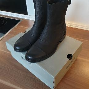 Købt for små. Original skoæske medfølger.  Nypris 1600 kr.  Kan sendes med DAO. Køber betaler fragt.