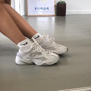 Nike M2K Tekno i hvid.    Jeg sender meget gerne flere billeder 😄