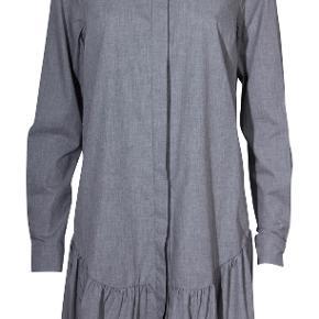 Fin skjortekjole med flæse forneden fra Designers Remix. Kun brugt få gange. Nypris: 1600 kr.