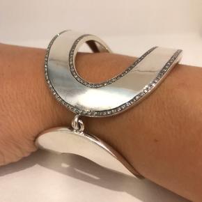 Meget smukt armbånd fra Marlene Juhl Jørgensen, Figaros Bryllup. Sølv med brillanter. Har kvittering. Nypudset