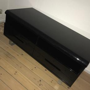 Sort højglans tv-bord  2 små skrammer, men ikke tydelige og har ikke betydning for noget  Afhentes i Esbjerg  Åben for bud
