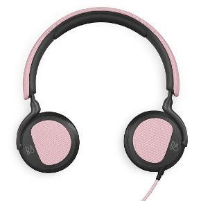 """B&O  Beoplay H2 hovedtelefoner i pink sælges - virker upåklageligt.  """"BeoPlay H2En 40 mm custommade Bang & Olufsen enhed samt basport, er designet til at levere en komplet og rig musikoplevelse. H2 er en hovedtelefon, der er bygget til musikelskere - med en kompromisløs klarhed"""".  Nypris 1500kr, sælges til 400kr afhentet eller plus 38kr i porto. Æske medfølger."""