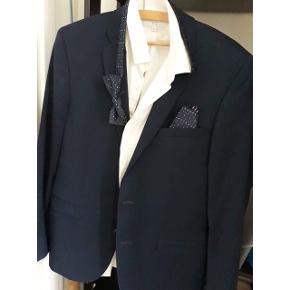 Jakkesæt fra junk de luxe. Marineblå jakke og bukser. Hvid skjorte fra Lindbergh. Butterfly og lommetørklæde medfølger. Brugt én gang til galla. Skjorte str L  Jakke/bukser str 52.