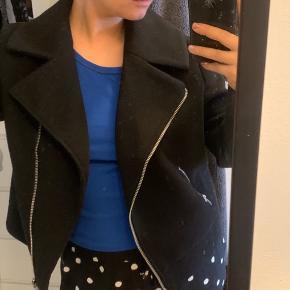 Brugt til arrangement 1 gang. Pæn jakke som også kan bruges til efteråret, da den varmer.