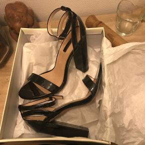 Sælger disse smukke stilletter fra Lost Ink, med en block heel. Kun brugt i et par timer 💜  Str 38  Byd! Fragt - 38kr