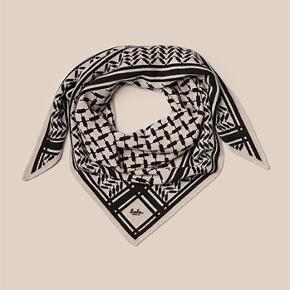 Lala Berlin Triangle Trinity Classic S tørklæde i farven 'Dune Beige'. Har ingen tegn på brug - fremstår derfor i rigtig fin stand  Størrelse small