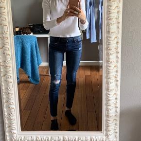Levi's 710 super skinny, mid rise. Waist: 26 (xs/s)  Skriv endelig hvis i har spørgsmål eller vil se flere billeder! :)  🚬❌🐈 RØG OG PELSFRIT HJEM   🚬❌ 🐈 RØG OG PELSFRIT HJEM